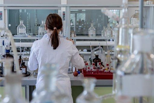 実験室の女性