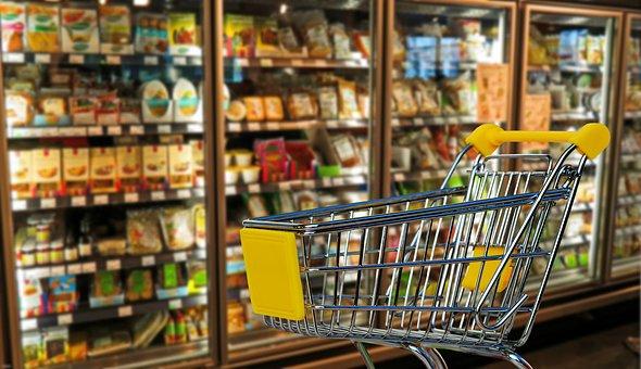 スーパーの陳列棚とカート