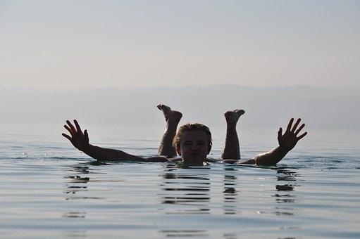 塩湖に浮かぶ男性