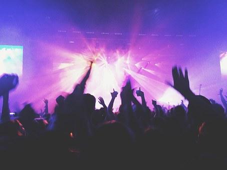 ライブで盛り上がる観客