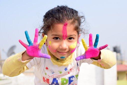 手作りを楽しむ子供