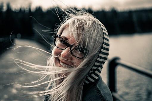 メガネをかけた金髪の女性