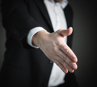 手を差し伸べるスーツの男性
