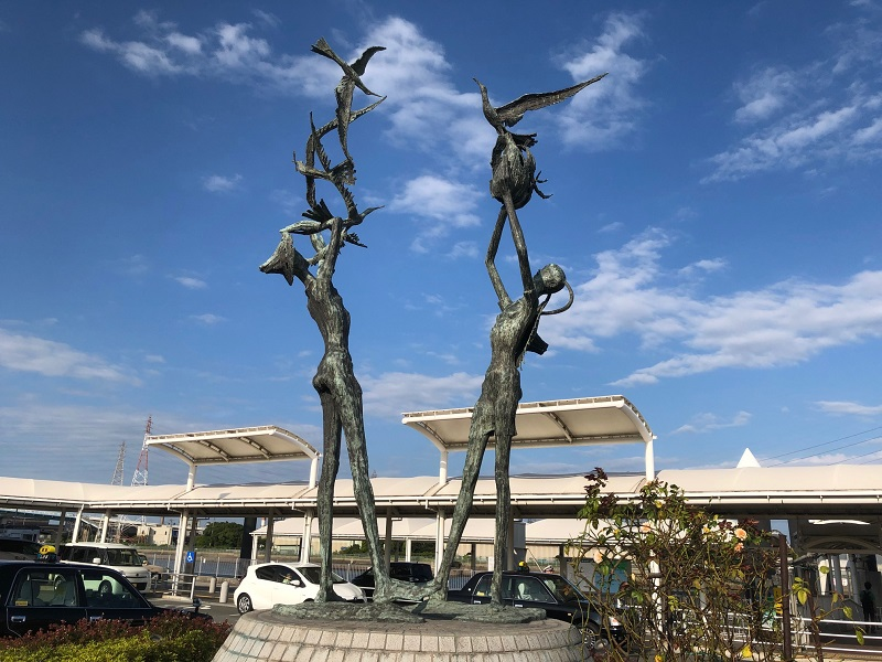 姫路港駐車場前の銅像