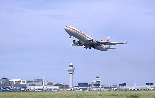 離陸する航空機