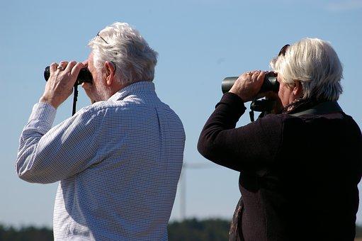 双眼鏡を覗く老夫婦