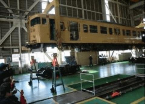 リフトアップされた電車の車両