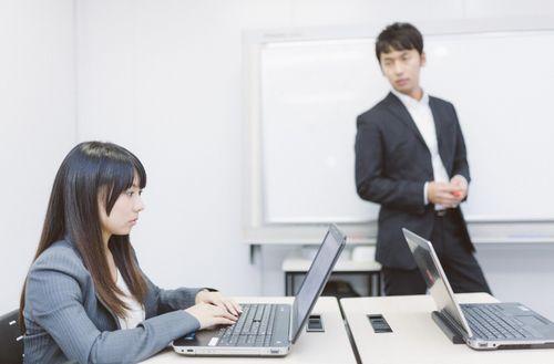 パソコン教室の講師と生徒