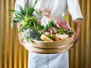 地元の食材を紹介するシェフ