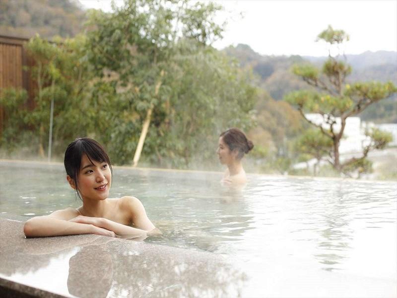 夢乃井の露店風呂に入る女性