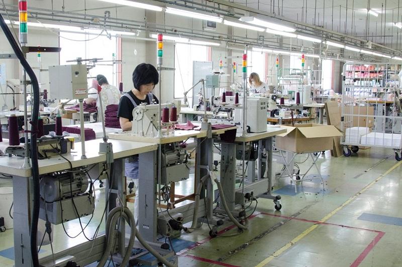 白鷺ニットの国内工場で縫製する女性