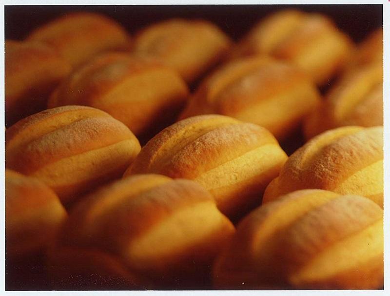 オーブン内でおいしそうに焼きあがるパン