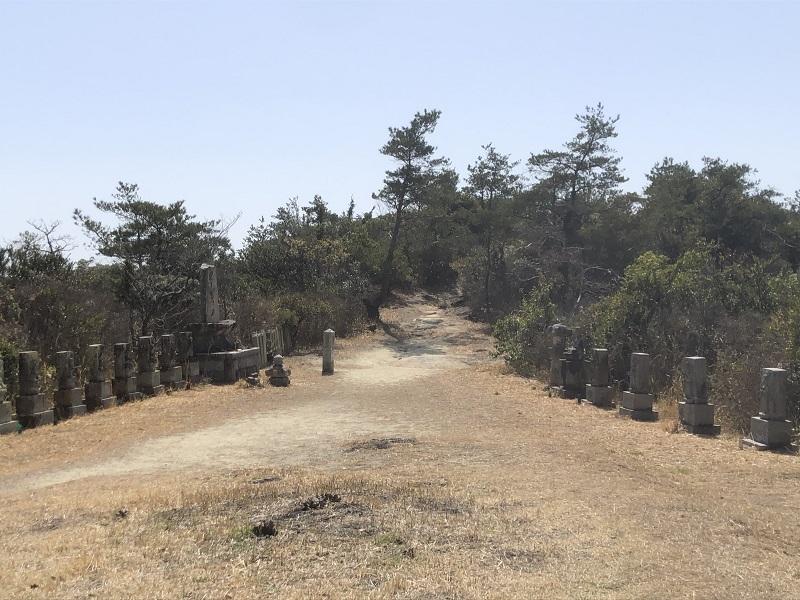 麻生山華厳寺前の広場