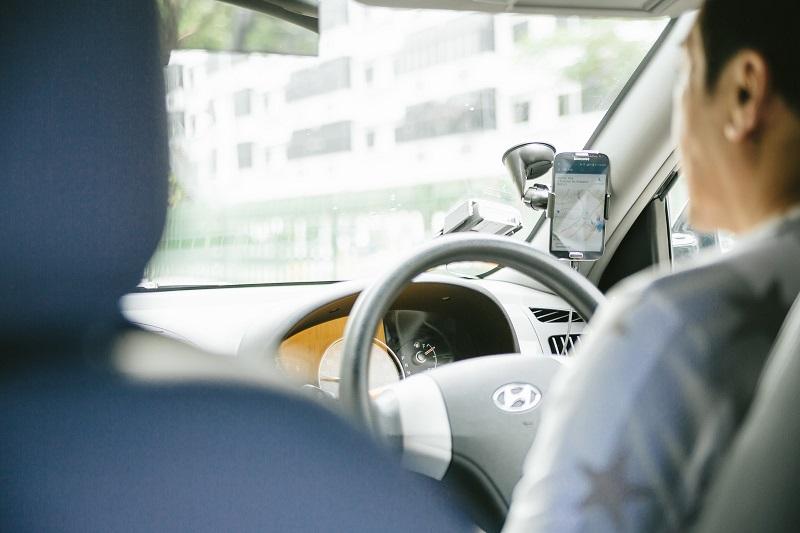 タクシー車内の運転手とスマホ