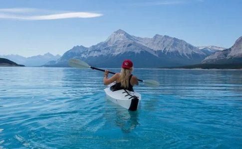 湖でカヤックする女性