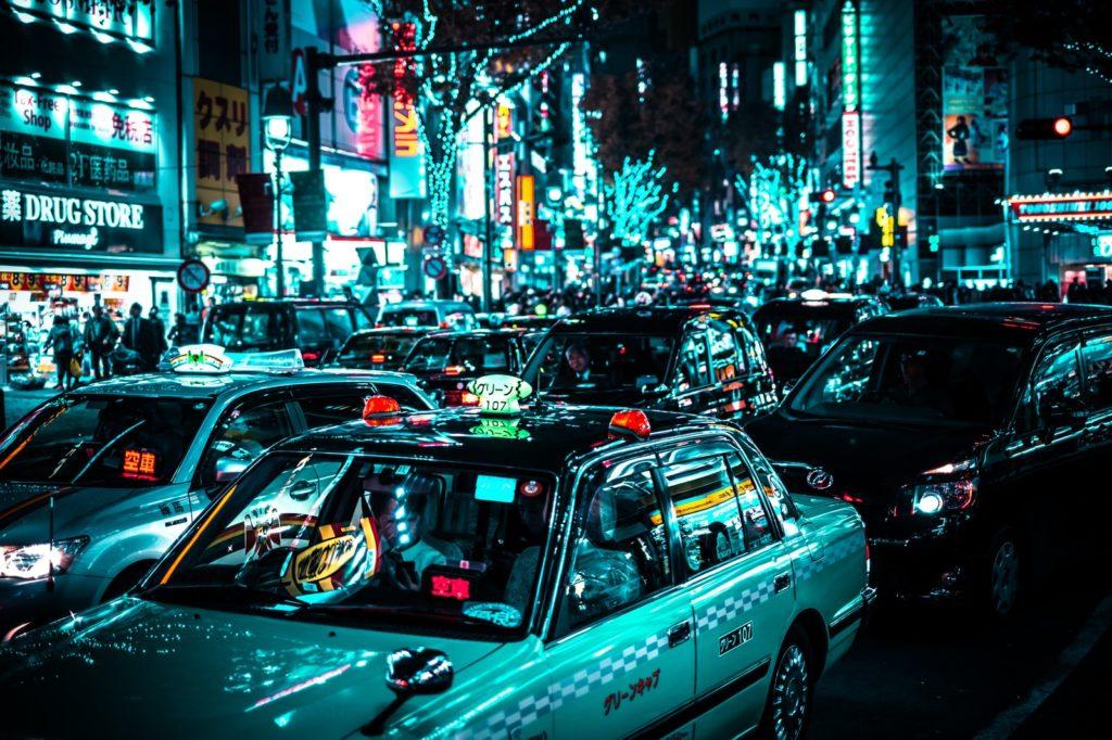 深夜繁華街のタクシー