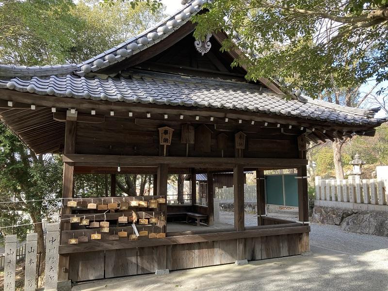 高岳神社の休憩所と絵馬