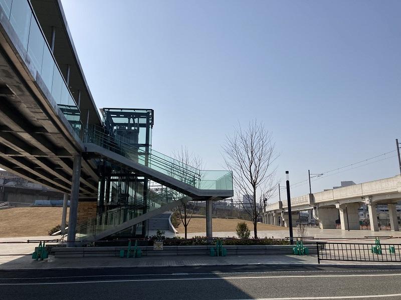 アクリエ姫路の連絡通路と公園