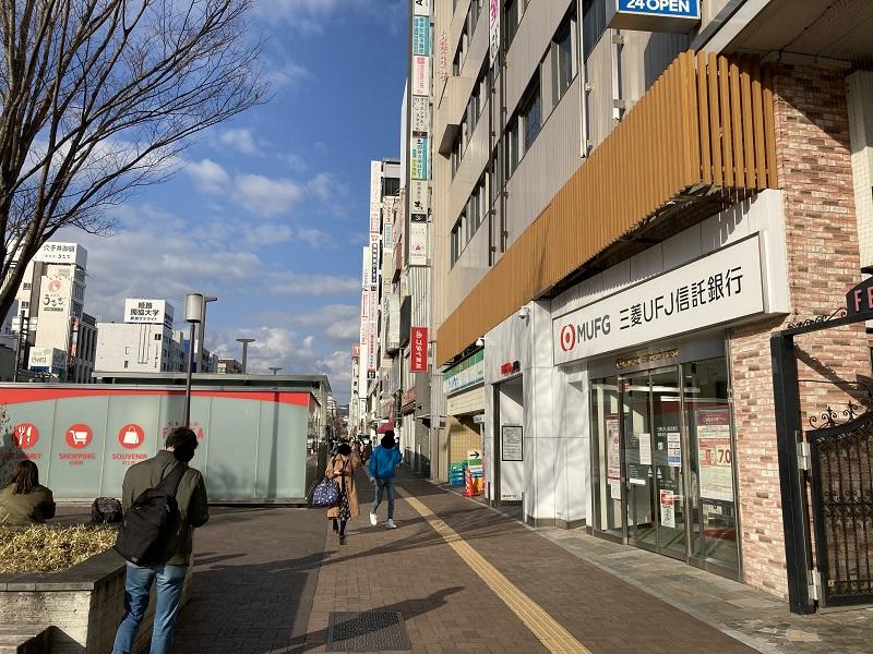 大手前通り沿いの三菱UFJ信託銀行