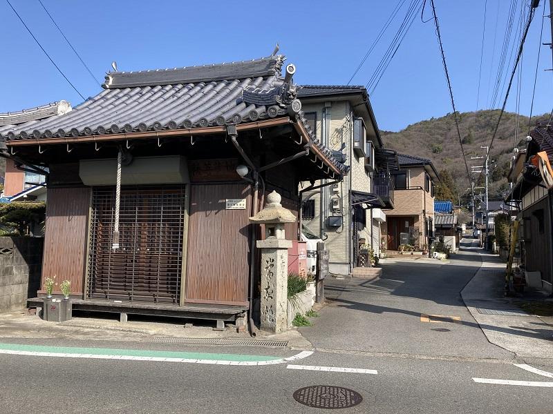東坂参道の入口にあるお堂と石柱