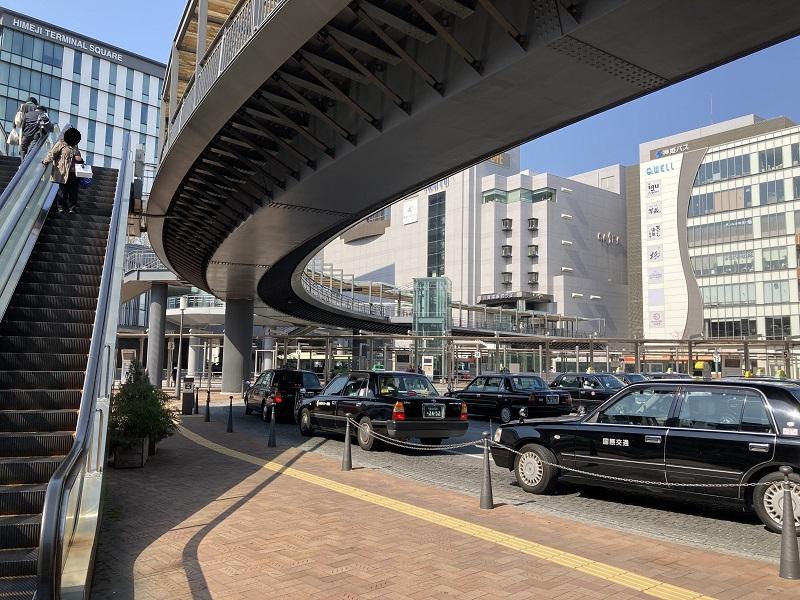 歩行者デッキとタクシー乗り場