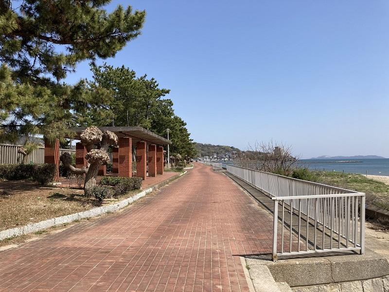 唐船サンビーチの日陰のベンチ