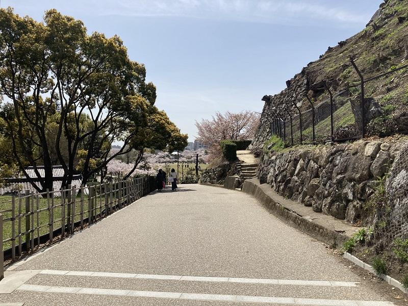 石垣沿いの道