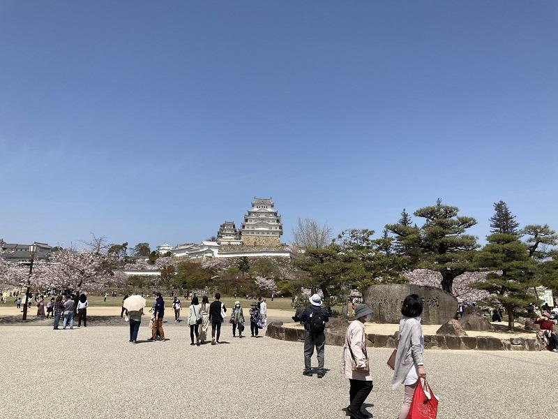 姫路城の天守閣と三の丸広場