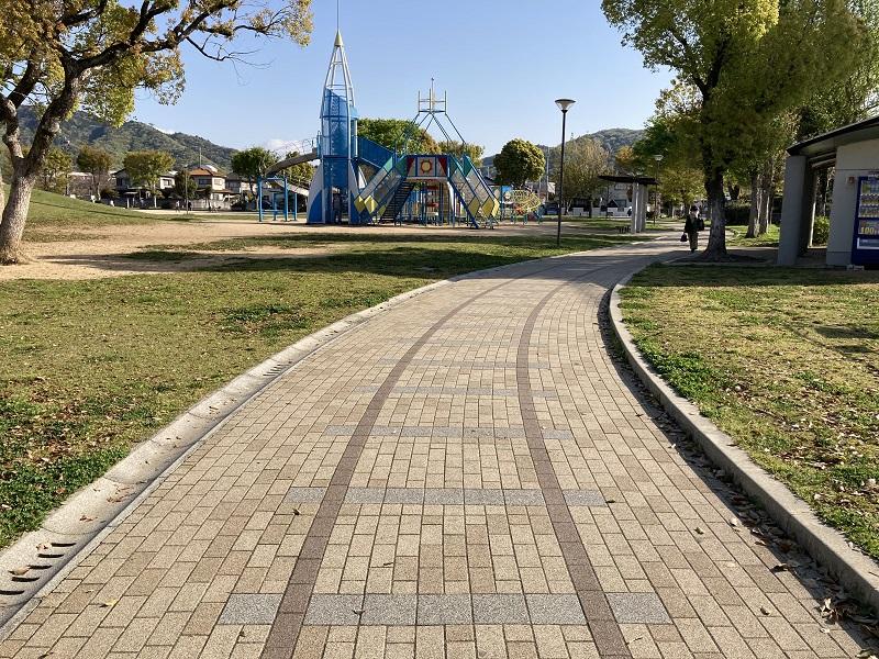 公園内の線路を模した歩道