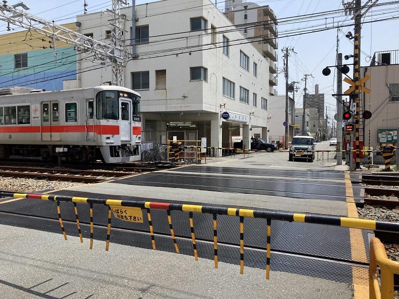 飾磨駅の駅舎と踏切