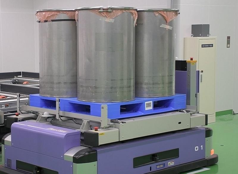 工場内の無人搬送ロボット